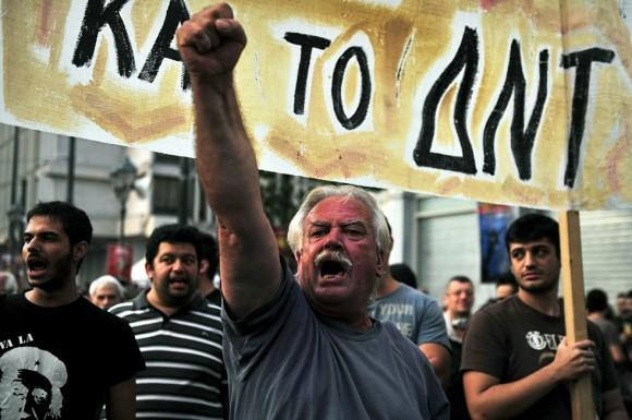 """Un manifestante grita consignas mientras marchaban en el centro de Atenas el 29 de septiembre de 2010. Griegos se unieron a la jornada europea de acción contra el 'fuera del FMI """"los rojos measures."""