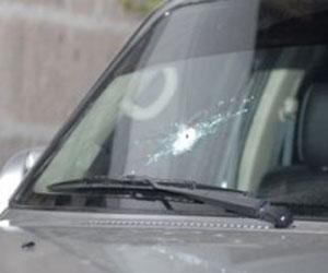 Muestra de impacto de bala en el carro del Presidente Rafael Correa
