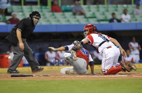 Enfrentamiento entre República dominicana y Cuba en la segunda fase del Premundial de béisbol Puerto Rico 2010, en el estadio Hiram Bithorn de la ciudad de San Juan, el 9 de octubre de 2010. AIN FOTO/Roberto MOREJON RODRIGUEZ