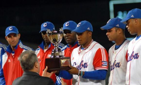 El equipo cubano recibe el trofeo de campeon de la XVII Cpoa Intercontinental de Beisbol 2010  , en Taichung, Taipei de China, el 31 de octubre de 2010. FOTO AIN /Marcelino VAZQUEZ HERNANDEZ