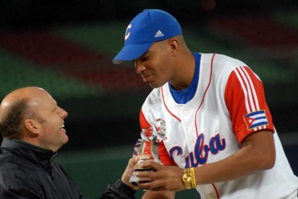 Dalier Hinojosa recibe el trofeo por ser el mejor  picher derecho  de la XVII Copa Intercontinental de Beisbol 2010  , en Taichung, Taipei de China, el 31 de octubre de 2010. FOTO AIN /Marcelino VAZQUEZ HERNANDEZ