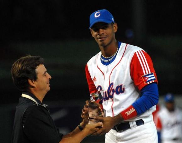 Antonio Castro le entrega a Héctor Olivera el trofeo por ser el jugador más valioso de la XVII Copa Intercontinental de Béisbol 2010 , en Taichung, Taipei de China, el 31 de octubre de 2010. FOTO AIN /Marcelino VAZQUEZ HERNANDEZ