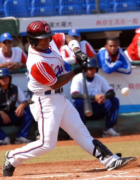 Alexei Bell, en el encuentro que Cuba le ganara a Japon, 4 carreras por 1, en la XVII Copa Intercontinental de Béisbol, en el estadio Intercontinental de Taichung, en Taipei de China, el 29 de octubre de 2010. FOTO AIN /Marcelino VAZQUEZ HERNANDEZ