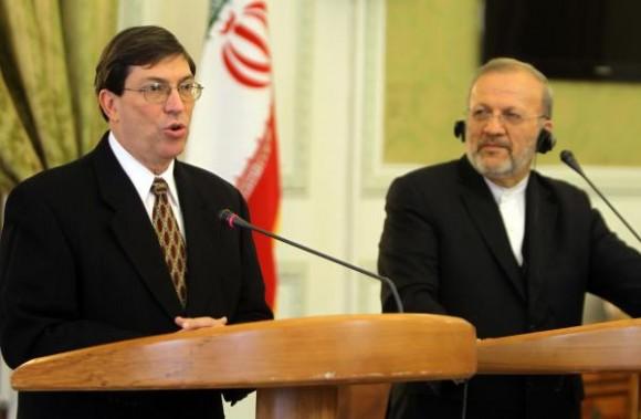 El ministro de Relaciones Exteriores de Cuba, Bruno Rodríguez Parrilla (I), durante una conferencia de prensa conjunta con su homólogo iraní, Manouchehr Mottaki, en la ciudad de Teherán, el 9 de octubre de 2010. AIN FOTO/Kenare ATTA/AFP/
