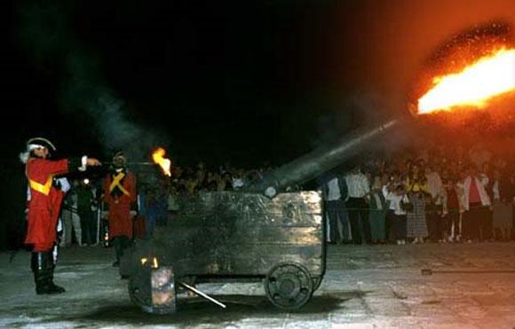 Ceremonia que se realiza todas las noches antes de lanzar el cañonazo de las nueve, desde La Habana, Cuba