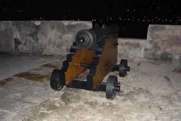 Cañón desde donde se lanza el cañonazo de la nueve de la noche, en La Habana, Cuba