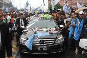 Carrosa fúnebre con restos de Néstor Kirchner atraviesa Buenos Aires | EFE