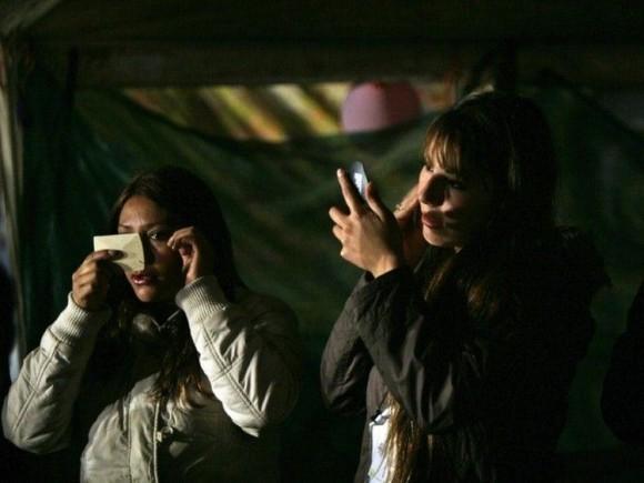 CHILE. Cintya Torres y María José Gómez, sobrina e hija, respectivamente, de Mario Gómez, uno de los 33 mineros atrapados. (AP)