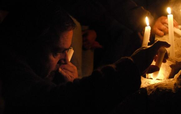 Los familiares de los mineros atrapados rezan a la luz de las velas en un altar fuera de la mina de San Esteban el 17 de agosto de 2010. (Ariel Marinkovic / AFP / Getty Images)