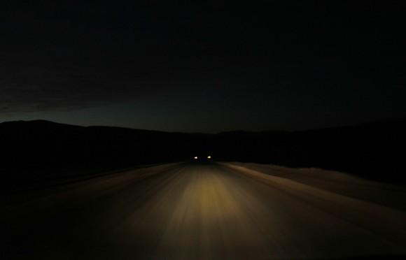 Un coche circula por la carretera principal de la mina San José, cerca de Copiapó, Chile el 23 de agosto de 2010. Han transcurrido 18 días desde el derrumbe. Los socorristas traen suministros para los mineros atrapados y han logrado enviar una solución salina y glucosa a través de un canal abierto por un taladro estrecho el lunes. (REUTERS / Ivan Alvarado)