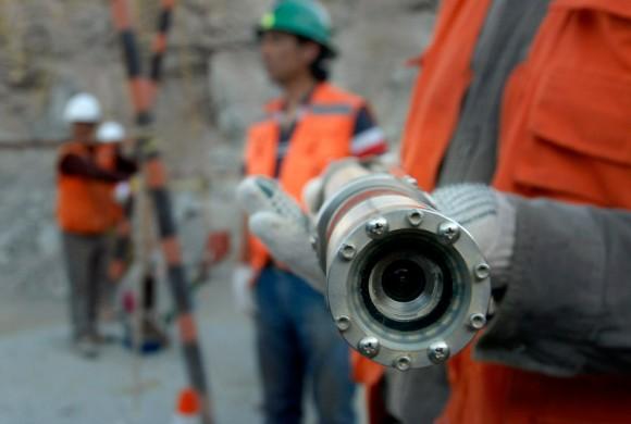 Una cámara de televisión montada en la nariz de una sonda antes de ser enviada a los mineros atrapados en Chile. La operación de rescate está por comenzar, pero podría prolongarse durante meses antes de la salvación. (Ariel Marinkovic / AFP / Getty Images)