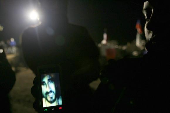 Los familiares muestran entre sí un vídeo grabado con una cámara en una investigación el 26 de agosto. (RETAMAL HECTOR / AFP / Getty Images)