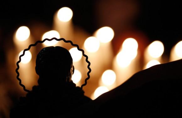 Se encienden velas detrás de una estatua religiosa. San José, en Copiapó, Chile, el 26 de agosto de 2010. (REUTERS / Ivan Alvarado)