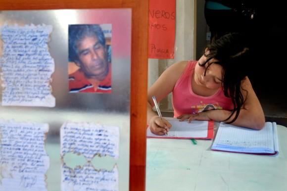 María Gallardo, la nieta de mineros atrapados, Mario Gómez, le escribe una carta a su abuelo el 25 de agosto de 2010. (Ariel Marinkovic / AFP / Getty Images)