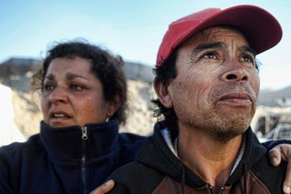 Familiares de los mineros atrapados en la mina de San Esteban esperar noticias mientras llega una sonda que ha alcanzado el lugar donde podrían estar ubicados los mineros, el 22 de agosto de 2010. Una sonda de perforación tratan de determinar si los 33 mineros atrapados durante dos semanas en una mina de Chile todavía están vivos. Finalmente llegó la sonda a un refugio de emergencia, pero no hay buenas noticias hasta el momento. (RETAMAL HECTOR / AFP / Getty Images)
