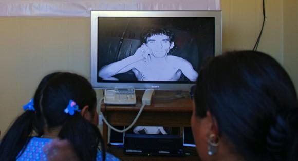 Los familiares de Claudio Yáñez, uno de los 33 mineros atrapados, participan en su conferencia de vídeo en Copiapó, Chile el 4 de septiembre de 2010. (Ministerio de Minería de Chile / AFP / Getty Images)
