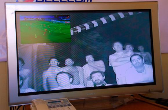 Una pantalla de televisión muestra algunos de los mineros atrapados en la mina San José, viendo un partido internacional amistoso de fútbol entre Chile y Ucrania, desde el interior de la mina el 7 de septiembre de 2010. (REUTERS / Gobierno de Chile)