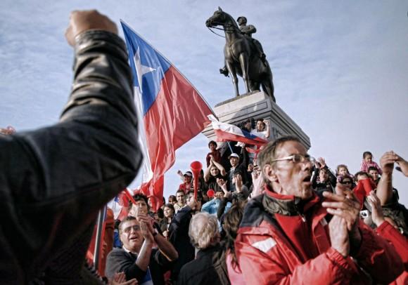 Los chilenos celebran en las calles de Santiago después de la confirmación de la supervivencia de los 33 mineros atrapados, el 22 de agosto de 2010. (Ariel Marinkovic / AFP / Getty Images)