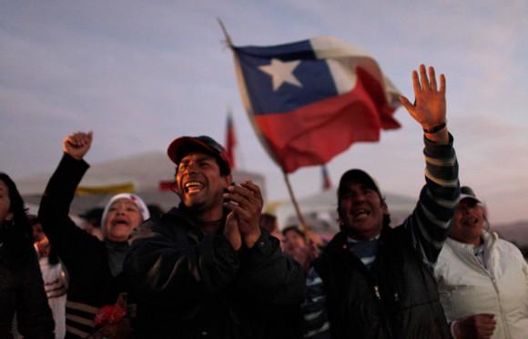 Los familiares de los 33 mineros atrapados fuera de la mina San José, el Lunes, 23 de agosto 2010. (Foto AP / Roberto Candia)