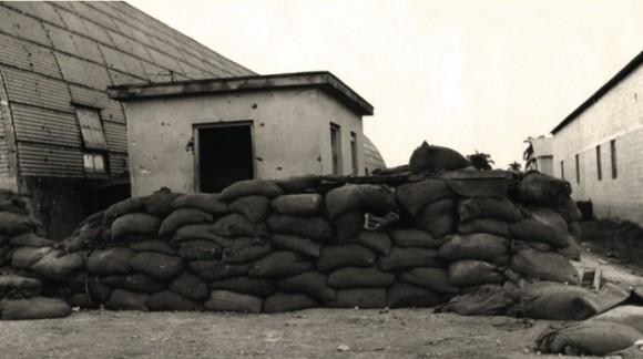 Trinchera de sacos utilizada por los soldados de la tiranía en el BANFAIC, diciembre de 1958.