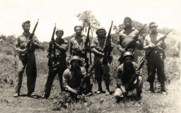 De pie, de izquierda a derecha, cuarto, el capitán Cristino Naranjo. En la fotografía parte de su tropa en Palma Soriano, cuando se coordina- ban acciones para el cerco a la ciudad de Santiago de Cuba.