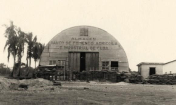 Banco de Fomento Agrícola e Industrial de Cuba (BANFAIC) en el po- blado de Maffo, donde se encontraban atrincherados los soldados del Batallón 10 de Infantería del Ejército de la tiranía, diciembre de 1958.
