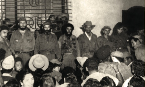 Fidel, Vilma, Raúl, Paco Cabrera Pupo, Calixto García y otros guerri- lleros rinden tributo al capitán Ignacio Pérez Zamora y a los caídos en el combate en San José del Retiro, Jiguaní, el 19 de diciembre de 1958.