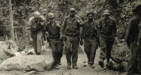 Ascienden la montaña, de izquierda a derecha, Ciro Redondo, Ramiro Valdés, Fidel, Almeida y Raúl. Las fuerzas del Primero, Segundo y Tercer frentes se aunaron para la operación del cerco a Santiago.