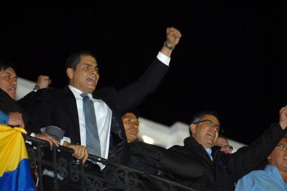 El Presidente de la República, Rafael Correa, llegó al Palacio de Gobierno luego de ser rescatado del hospital Quito, donde permaneció secuestrado por un grupo de policías. / Foto: Eduardo Santillán