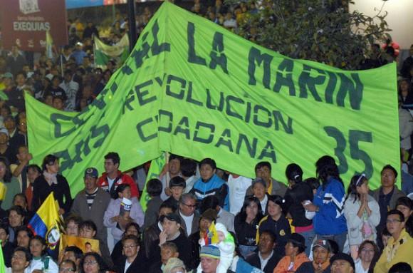 Cientos de personas acudieron a la Plaza Grande para respaldar al Presidente Rafael Coorea, frente a la insubordinación de sectores de la Policía Nacional. / Foto: Eduardo Santillán