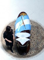 La presidenta argentina Cristina Fernández de Kirchner en la Casa de Gobierno, a solas con los restos del ex presidente Néstor Kirchner, en Argentina, el 28 de octubre de 2010. AIN FOTO/Presidencia de la NACION /TELAM