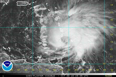 Imagen GOES visible de la mañana del 30 de octubre. Se  muestra la zona de formación del ojo en el ya huracán Categoría 1 Tomás.