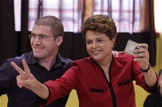 La candidata presidencial del Partido de los Trabajadores Dilma Rousseff tras emitir su voto en la segunda ronda de votación acompañada por el funcionario electoral Diego Agnes, en Porto Alegre, Brasil, el domingo 31 de octubre de 2010. Felipe Dana / Foto AP