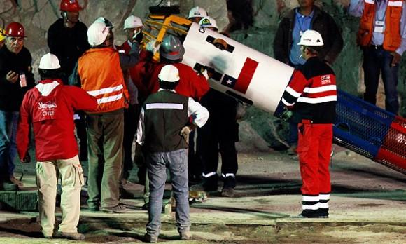 El Fénix II comenzó a transportar a los mineros. Hubo dos pruebas al vacío antes del primer descenso oficial al refugio, a 622 metros debajo de la superficie. La operación total duraría un día, 24 horas menos de la pensado inicialmente. Sesenta especialistas esperan la salida de los trabajadores para atenderlos.  A las 23.19 (22:19 hora de Cuba) entró el primer rescatista Manuel González al ducto y tardó 18 minutos en llegar al taller. En total, se tardó 50 minutos para rescatar y llevar a la superficie a Florencio Ávalos, a quien se lo vio en muy buen estado.