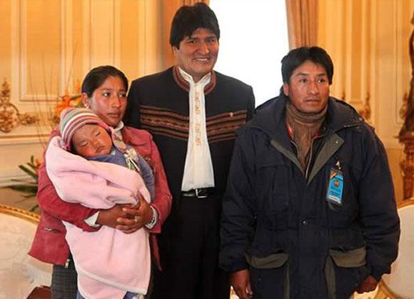 El presidente boliviano Evo Morales, hace varios días, junto a la esposa y suegro del minero Carlos Mamani. Foto: EFE