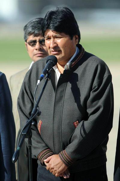El presidente de Bolivia, Evo Morales, recién arribado al país dirige la palabra desde la pista del Aeroparque Metropolitano, en Argentina, el 28 de octubre de 2010. AIN FOTO/Daniel LUNA/TELAM