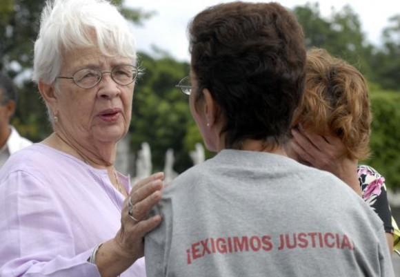 Mirta Rodríguez (I), madre de Antonio Guerrero, uno de Los Cinco Héroes cubanos injustamente presos en cárceles de los Estados Unidos, durante el acto de recordación a las víctimas del atentado terrorista contra un avión de Cubana de Aviación