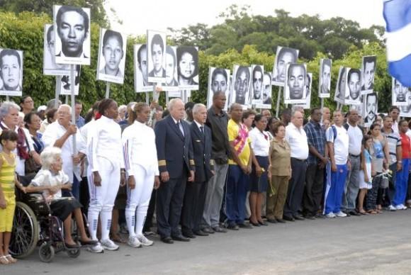 Familiares de las víctimas del atentado terrorista contra un avión de Cubana de Aviación que explotó en pleno vuelo con 73 personas a bordo en las costas de Barbados en el año 1976, durante el acto efectuado en la Necrópolis de Colón, en La Habana, Cuba