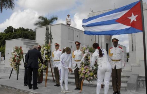 Familiares de las víctimas, jóvenes deportistas, dirigentes del Partido y del INDER y pueblo en general hicieron una peregrinación hasta el Panteón de las Fuerzas Armadas Revolucionarias (FAR), por el Aniversario 34 del Crimen de Barbados, en la Necrópolis de Colón.