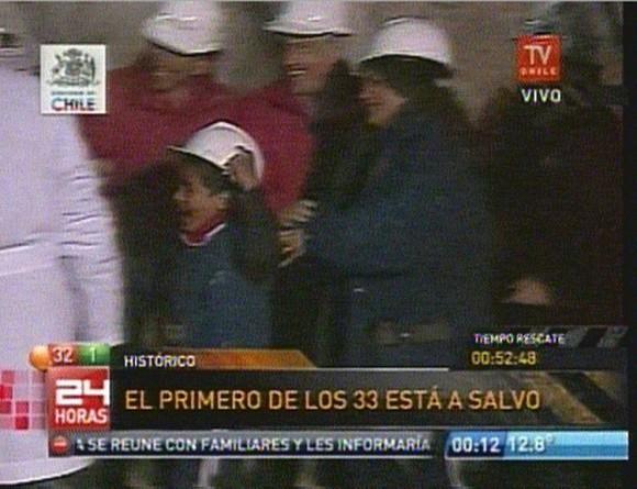 FELIZ. Byron, su hijo de 8 años, corre a abrazar a su papá, el primer minero rescatado