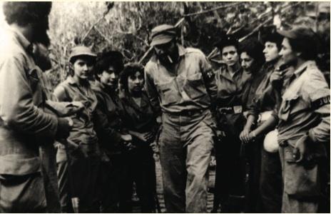 Fidel junto a las combatientes del pelotón Mariana Grajales. Aparecen también en la imagen, los guerrilleros Fidel Vargas, Paco Cabrera Pupo y Marcelo Verdecia.