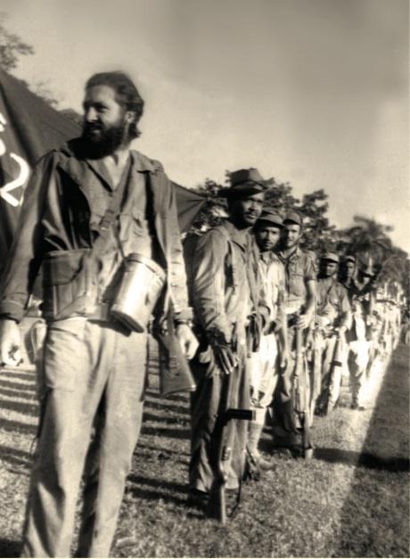 En primer plano, a la izquierda, el teniente Orlando Rodríguez Puertas frente a su tropa.