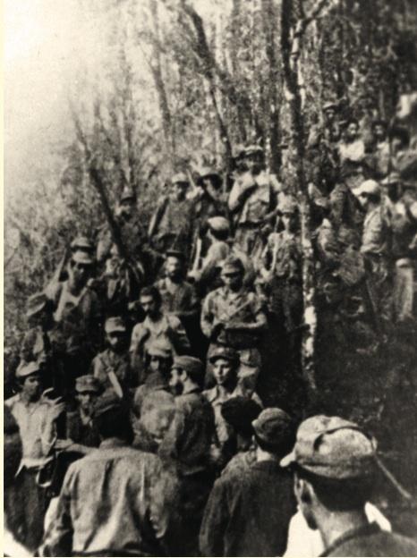 Combatientes de la Columna 32 José Antonio Echeverría reunidos con Fidel.