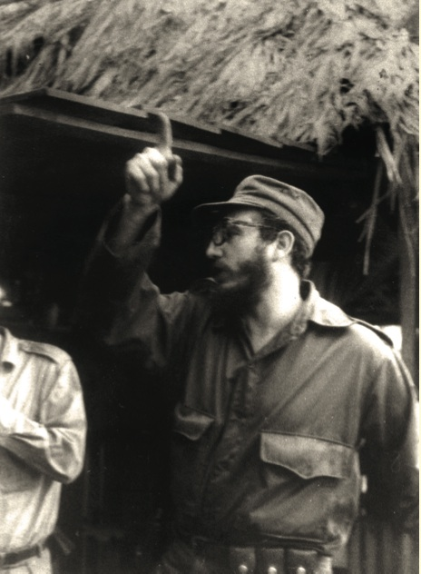 Fidel imparte instrucciones en la Comandancia de La Plata.