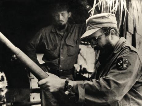 Arturo Aguilera, Aguilerita, observa cómo el Comandante manipula un fusil. Su labor de abastecimiento al Ejército Rebelde fue muy valiosa durante la guerra.