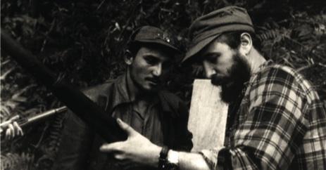 Fidel muestra al combatiente Florentino Alarcón el manejo de un fusil.