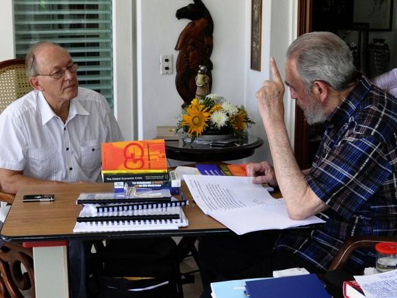 Imagen del encuentro entre Fidel Castro y Michel Chossudovsky, director del Centro de Investigaciones sobre Globalización y editor principal del sitio web Global Research. Durante este intercambio, fue grabado en video un Mensaje de Fidel contra la Guerra Nuclear. Foto: Estudios Revolución