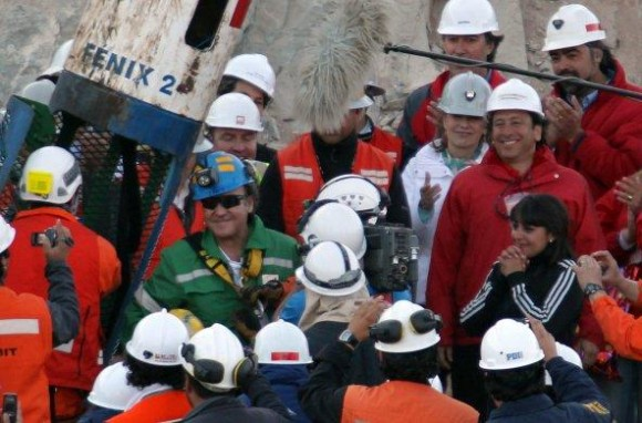 l vigésimo séptimo minero rescatado Franklin Lobo (i) llega a la superficie dentro de la cápsula Fénix.