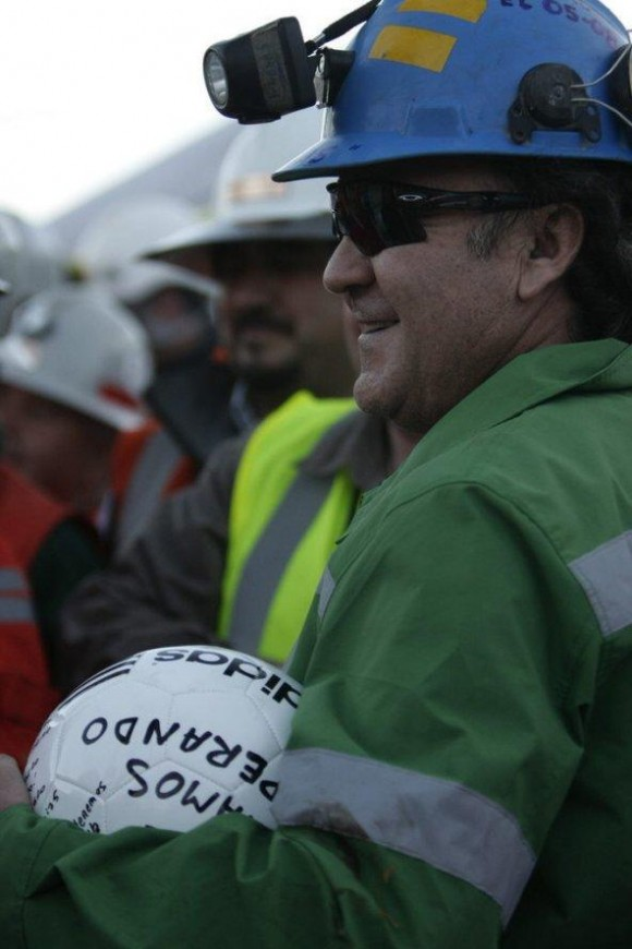 El minero Franklin Lobos sonríe después de llegar a la superficie a bordo de la cápsula Fénix 2
