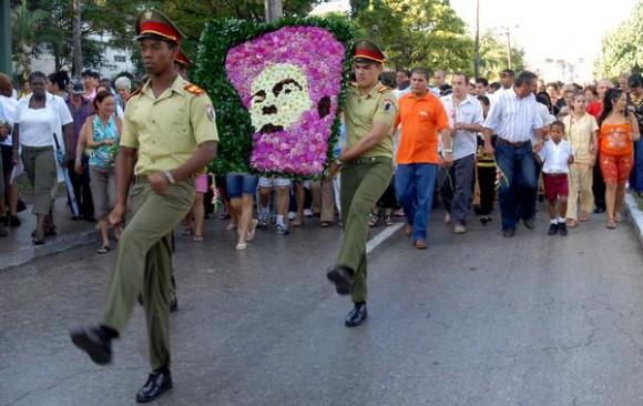 El pueblo rinde homenaje a Camilo Cienfuegos en el Aniversario 51 de su desaparición física, Santa Clara, Villa Clara, 28 de octubre de 2010 AIN FOTO/Arelys María ECHEVARRIA RODRIGUEZ
